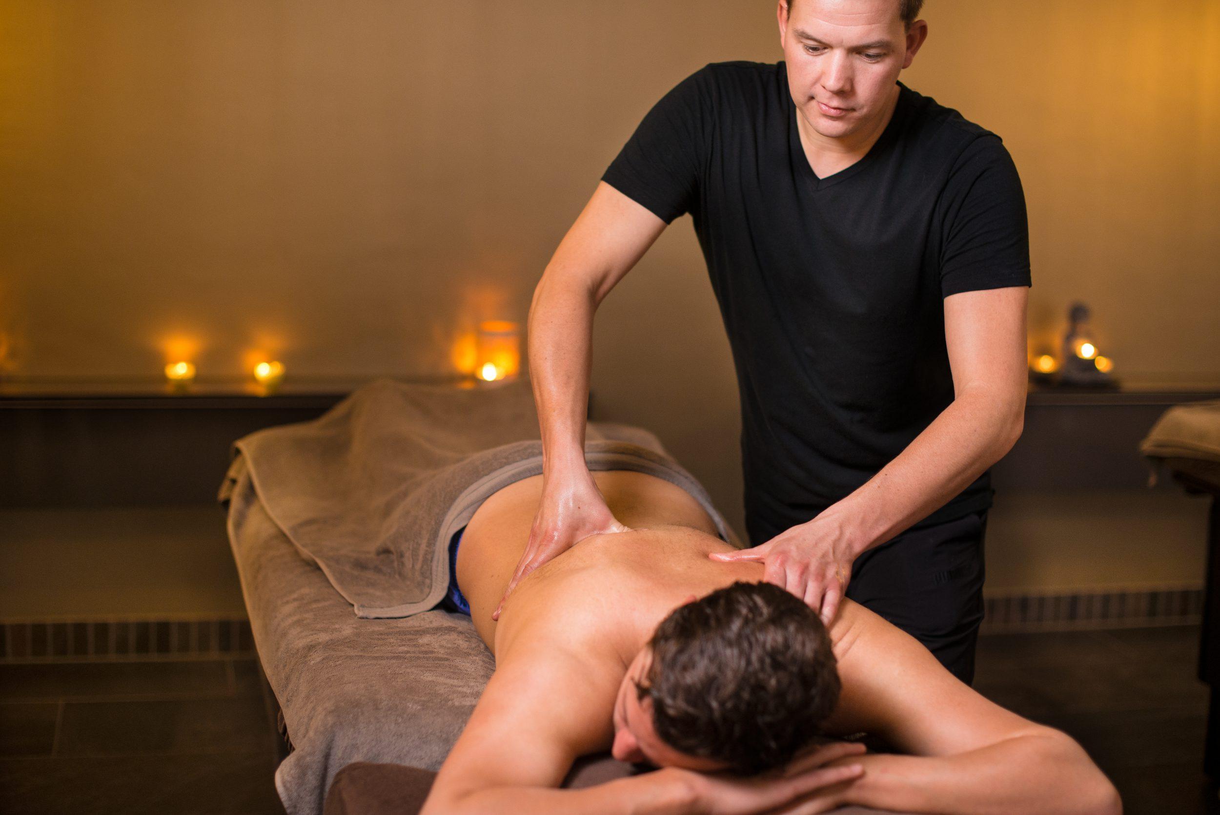 Bij Fort Resort Beemster in de spa worden verschillende massages gegeven zo ook de sportmassage. De sportmassage is een intensieve massage om de spieren los te maken. Het is prettig om regelmatig een sportmassage te ondergaan als onderhoud van het lichaam. Regelmatig mogen wij gasten verwelkomen die frequent een sportmassage reserveren en hier ook veel baat bij hebben.