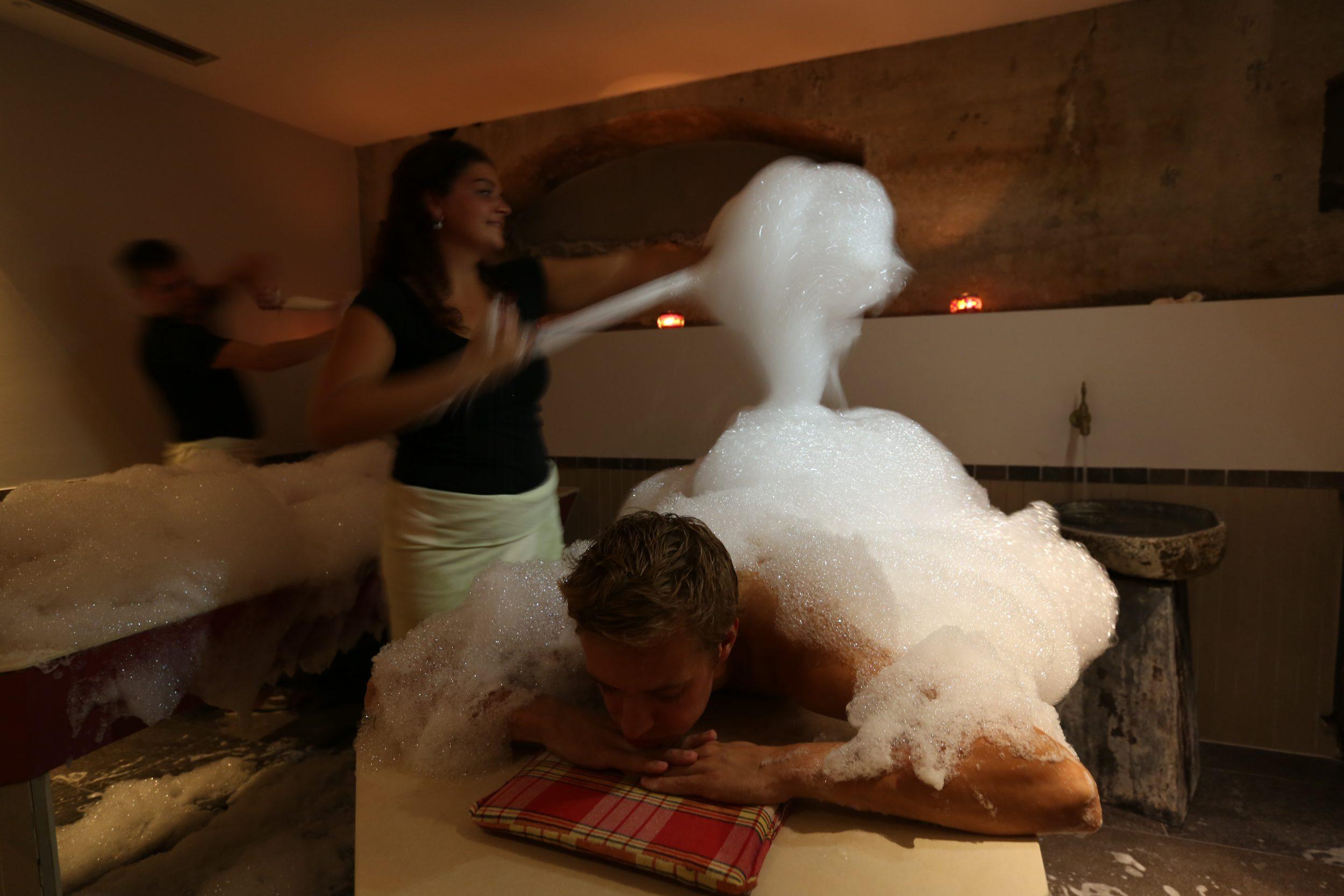 Een ritueel met zeep, schuim en scrub. Het weldadige hammam ritueel bij Fort Resort Beemster.