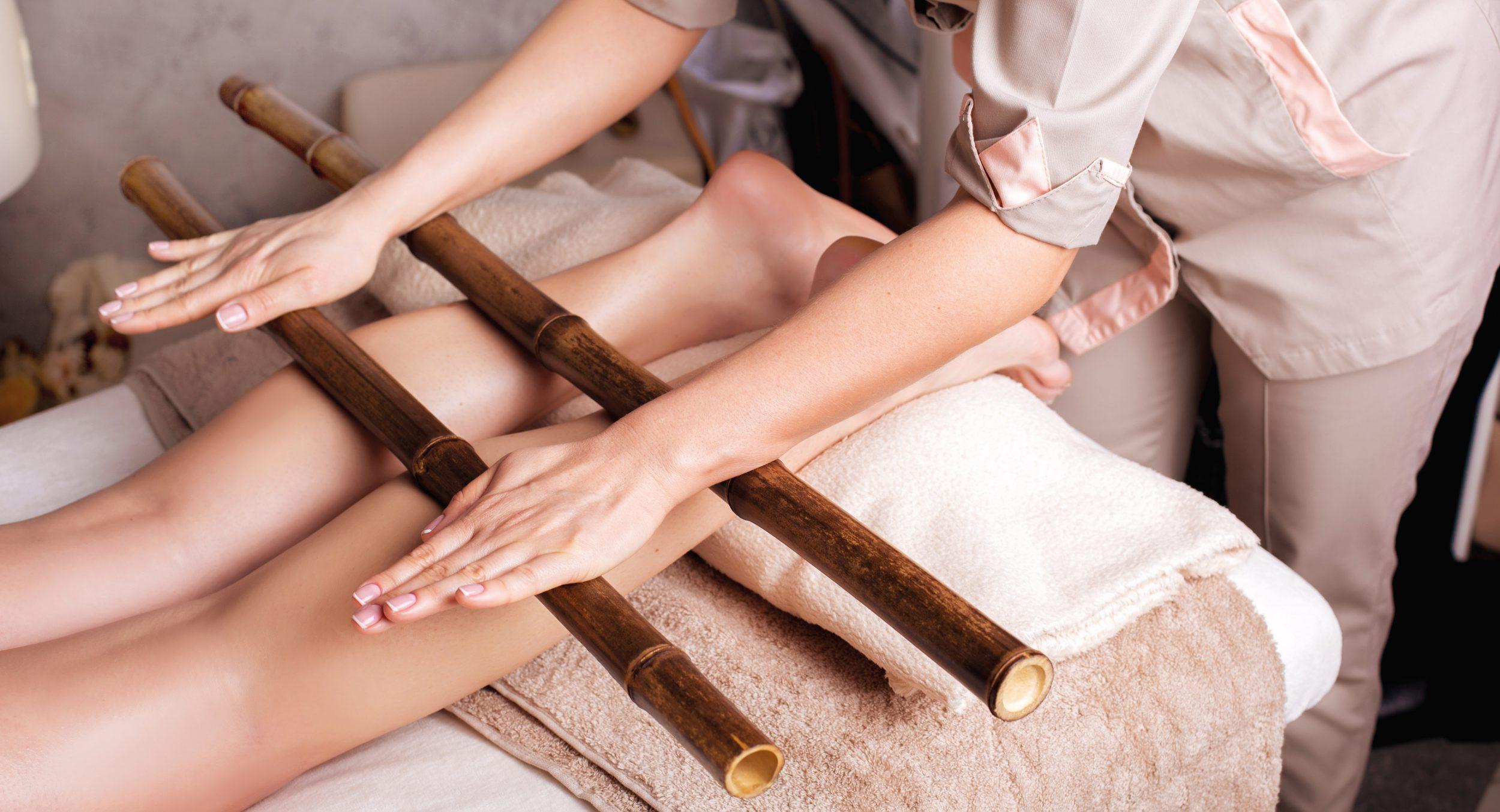 Een bijzondere massage met bamboe stokken voor een diep ontspannende werking bij Fort Resort Beemster.
