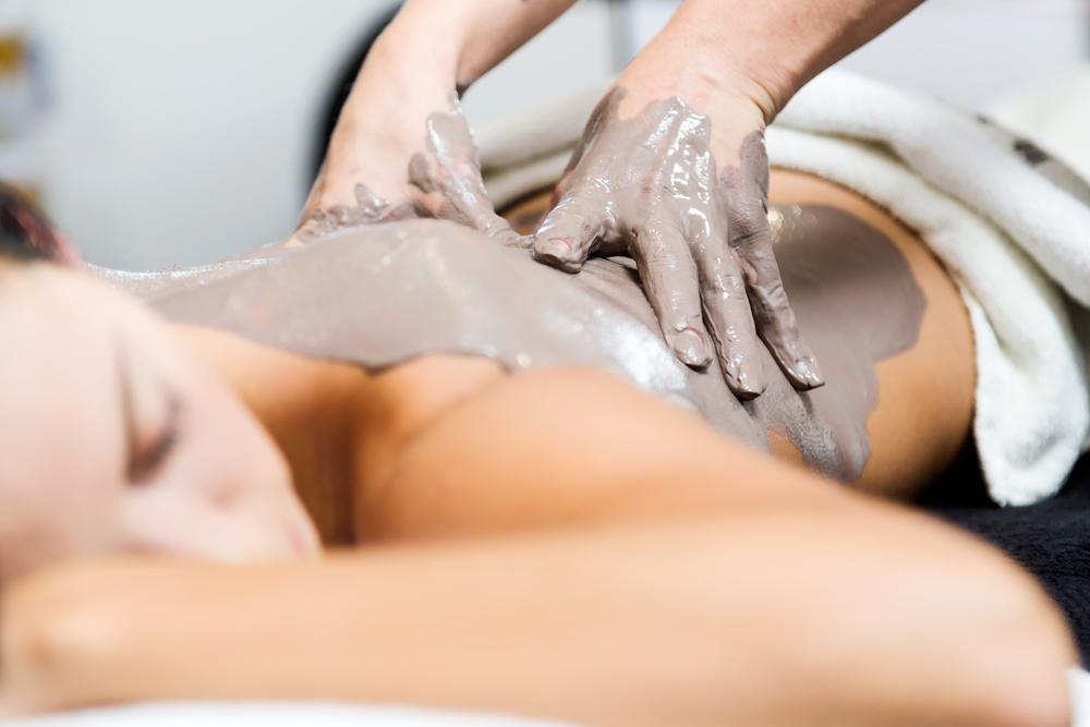 Deze behandeling begint met een scrub, vervolgens wordt de pakking masserend aangebracht. Tijdens de inwerking wordt er een ontspannende hoofdhuidmassage gegeven. In de spa van Fort Resort Beemster kunt u ook terecht als u geen gebruik wenst te maken van de sauna.