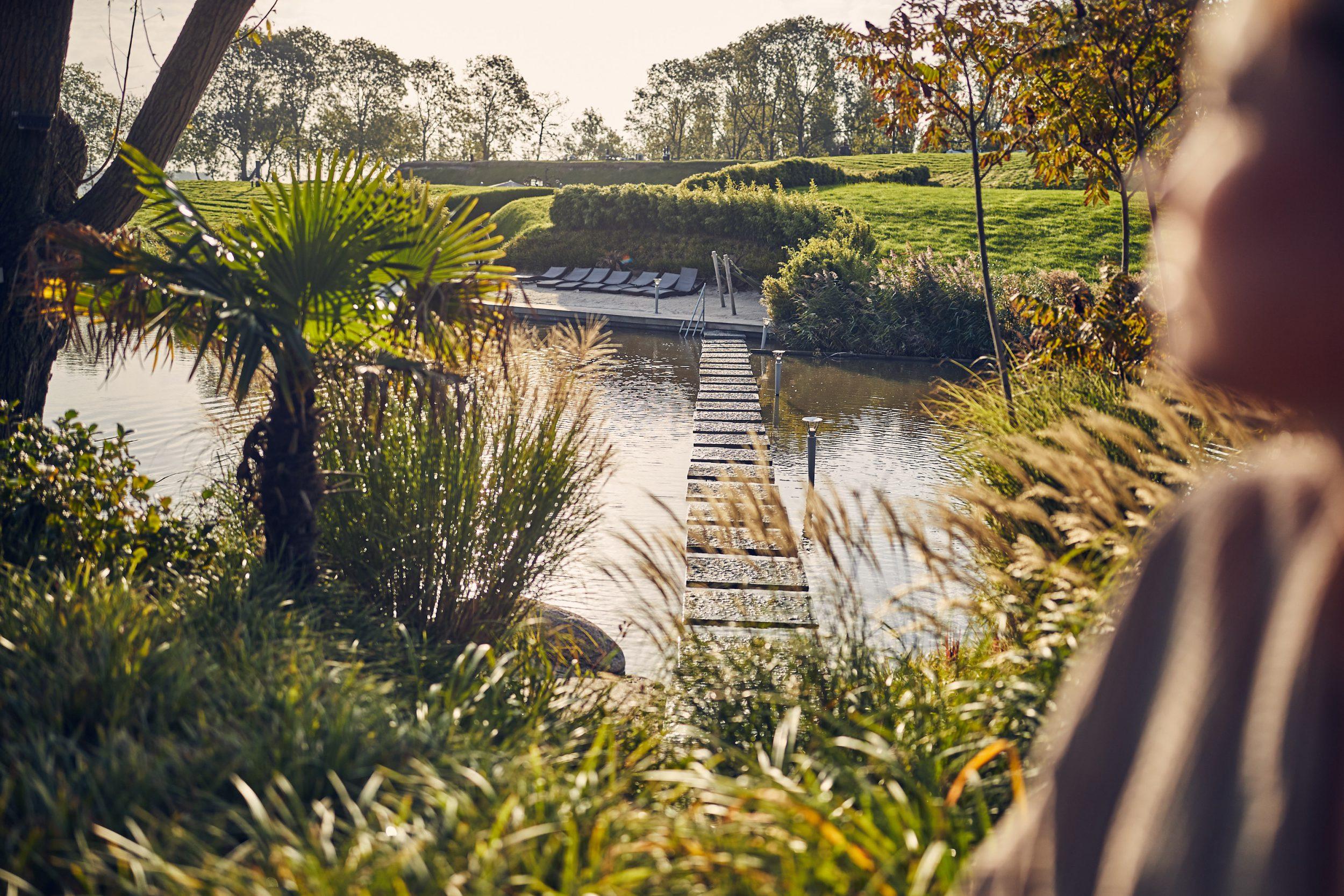 De tuin van Spa & Wellness Fort Resort Beemster heeft een prachtig uitzicht over de Fort gracht en het zandstrandje.