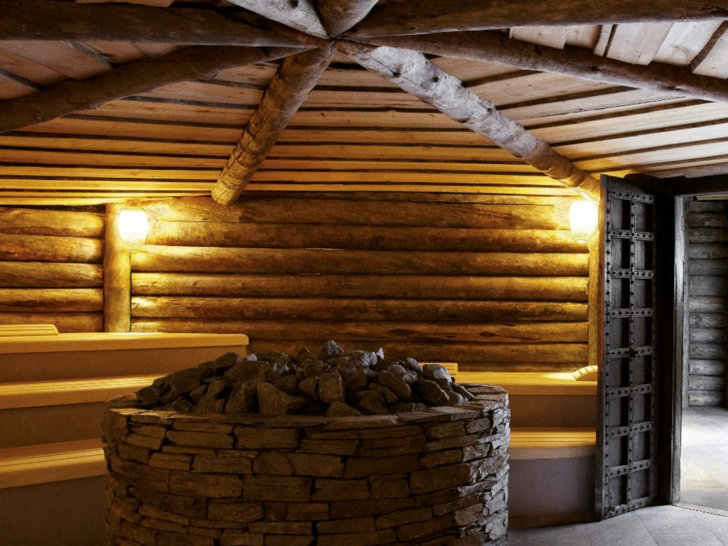 De Kelo sauna is opgebouwd uit 300 jaar oud dennenhout.