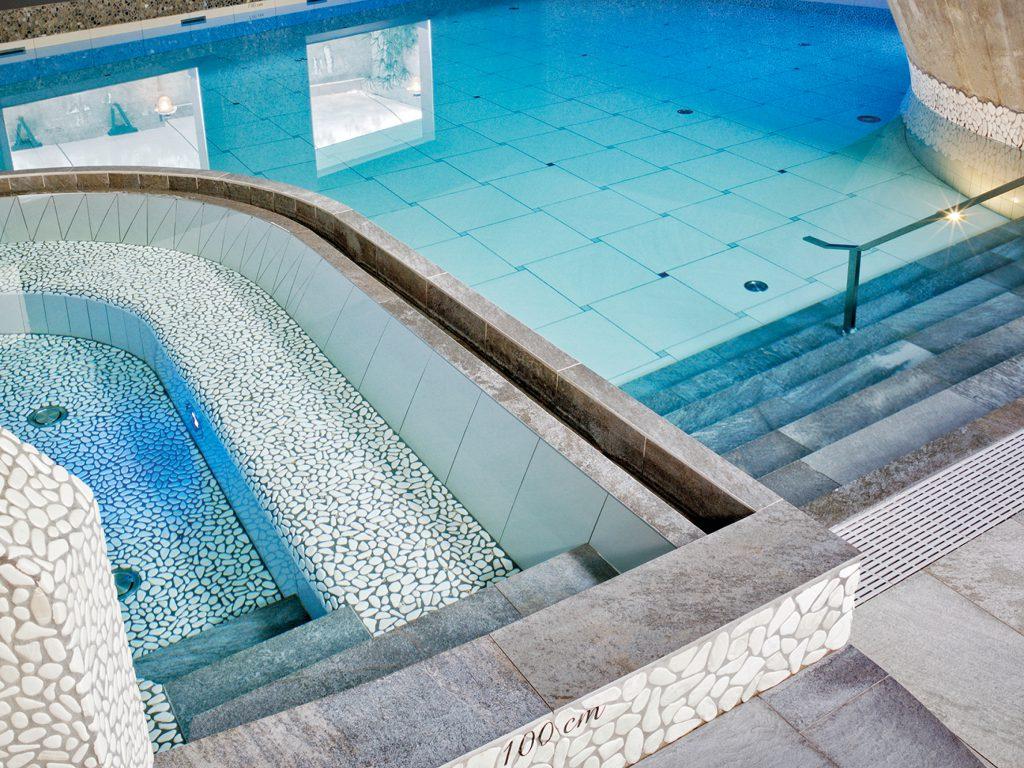 Geniet van heerlijke baden zoals het bubbelbad en binnen zwembad.