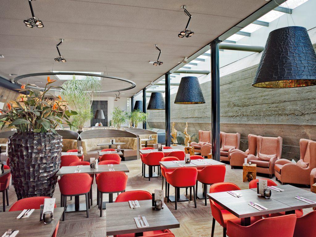 Een bijzonder restaurant met diverse hoekjes en zitruimten, waardoor er toch een intieme sfeer is.