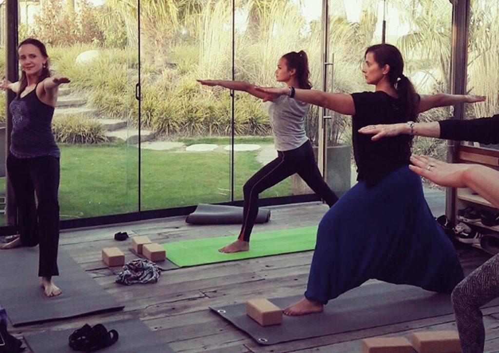In de Spa & Wellness van Fort Resort Beemster worden er wekelijks yoga lessen gegeven in de shala op klein Bali met uitzicht op de tuin.
