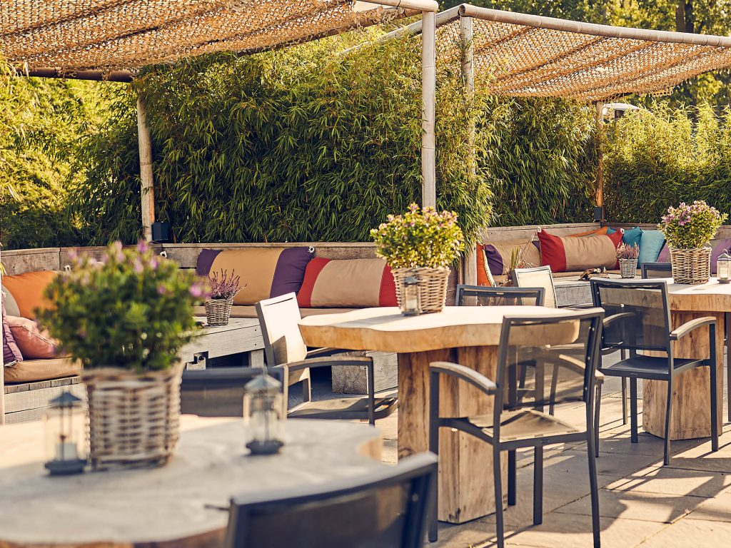 Het Poterne terras is gezellig ingericht en is apart van de Spa & Wellness. Met mooi weer elke dag geopend voor koffie met gebak, lunch & diner. Leuk om te combineren met een fiets of wandeltocht in de Beemster.