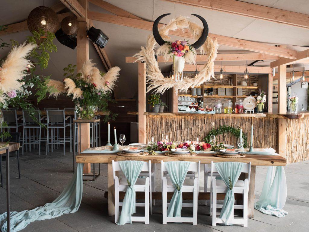 De bedouin tent van Fort Resort Beemster op het Poterne terras gestyled voor een trouwdiner tijdens een trouwdag.