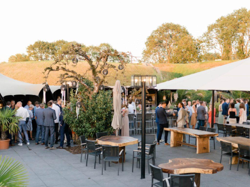 Het Poterne terras van Fort Resort Beemster is een geweldige plek voor lunch, diner, borrel, feesten & evenementen. Fort Resort Beemster ligt niet ver van Amsterdam en is gemakkelijk bereikbaar.
